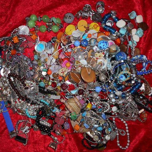 Environ 3 kg de bijoux fantaisies.   Enlèvement sur RDV, port du masque oblig…