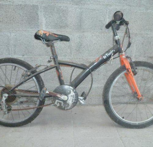 Vélo VTT Enfant, marque B'TWIN, type RACING BOY 2, couleur noir orange, 4 vitess…