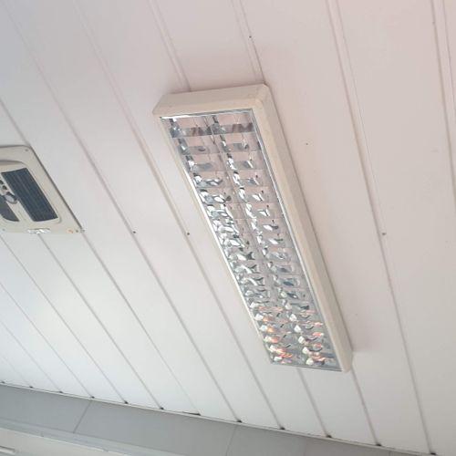 Bureau modulaire COUGNAUD de 1996, équipé électriquement (prises murales et tabl…