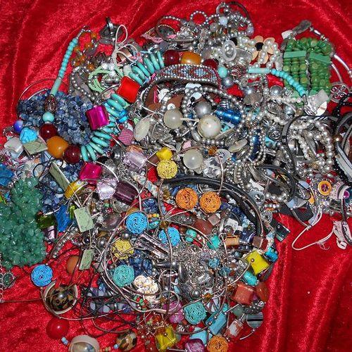 Environ 3 kg de bijoux fantaisies.  Enlèvement sur RDV, port du masque obligato…