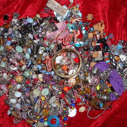 Environ 3kg de bijoux fantaisies.  Enlèvement sur RDV, port du masque obligatoi…