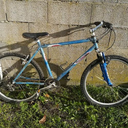Vélo VTT DECATHLON, type ROCKRIDER 5.2, couleur bleu, 24 vitesses. Vélo VTT marq…