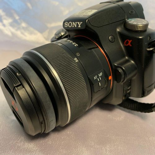 SONY SLT A33 camera, 18 55mm zoom, with battery and connectors. Location: MAGASI…