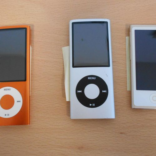 Pack consisting of 3 iPod APPLE 2 8Gb and 1 nano 16Gb, sold without connectors ,…