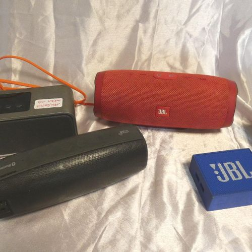 5 nomadic speakers with or without connectors: JBL Charge 3 model, JBL GO model …