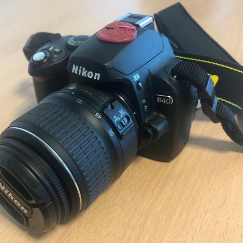 Camera NIKON D40, with zoom AF S Nikkor 18 55, without charger.Location: MAGASIN…