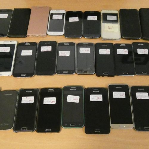 RP] Lot composed of about 64 phones, 2 iPod and external batteries: 14 smartphon…