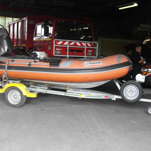 Nautical lot composed of: 1 porous MARINER semi rigid boat, 1992, equipped with …