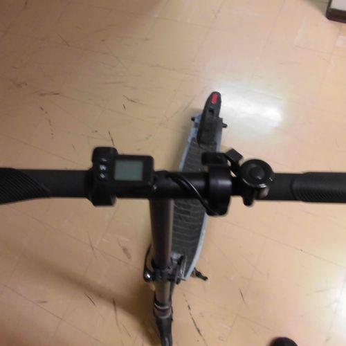 Trottinette électrique REVOE, modèle inconnu, n° de série : RV03EB3675G200500065…