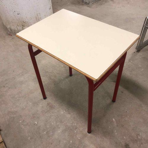 Lot de mobilier scolaire composé de: 56 tables 1 place, 4 tables 2 places, 48 ch…