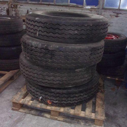 Set consisting of 4 truck tyres, 275/80 R 22.5, retreaded tyres.  Service handi…
