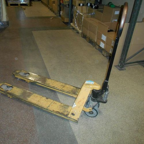 Batch including 2 pallet trucks (load capacity about 2500 Kg), equipment dating …