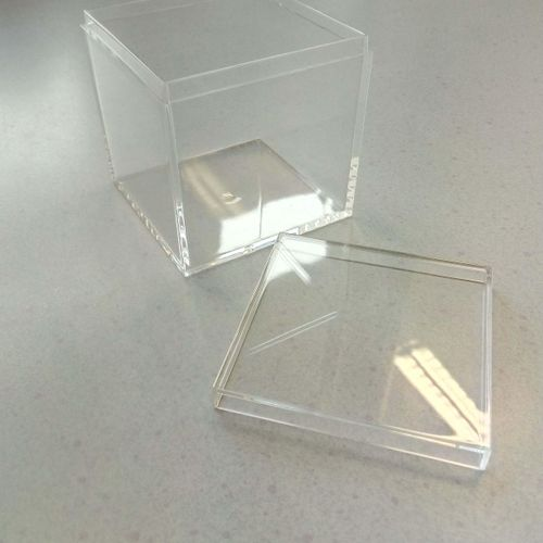 Lot consisting of 15000 boxes made of transparent plastic in cubic shape with li…